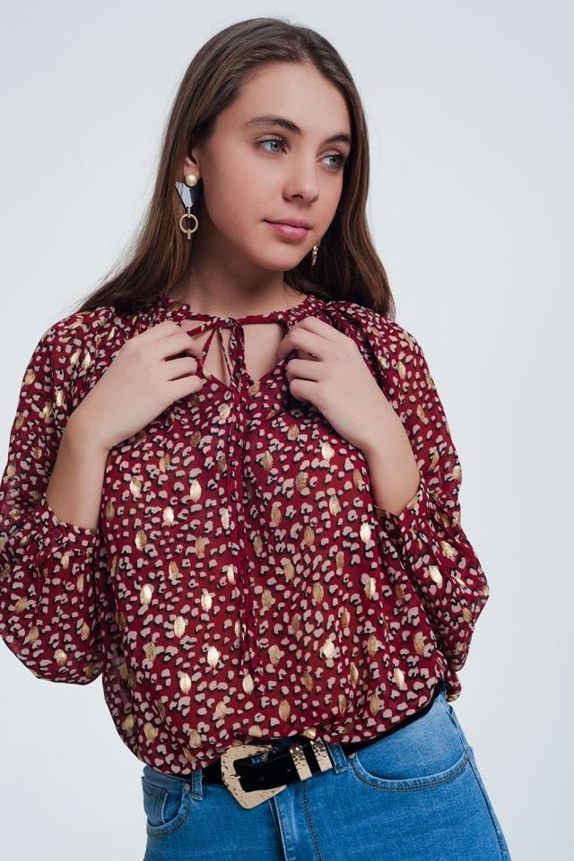 Rote Bluse mit goldenen Punkten und Schluppe