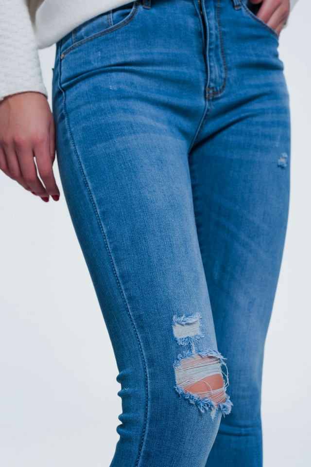 Skinny jeans in light denim with ripped knee and wear detail