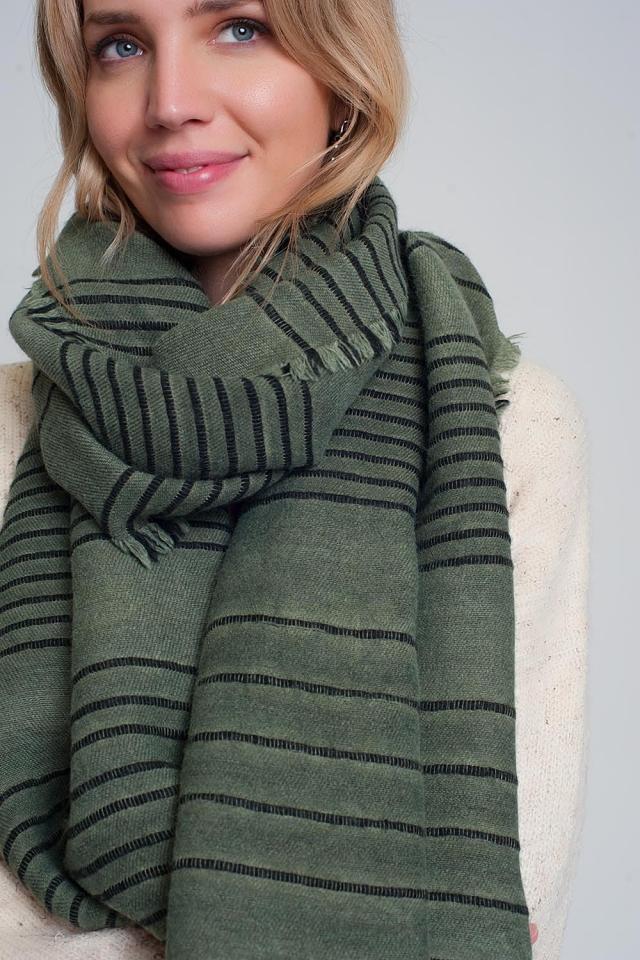 Grüner Schal mit schwarzen Streifen