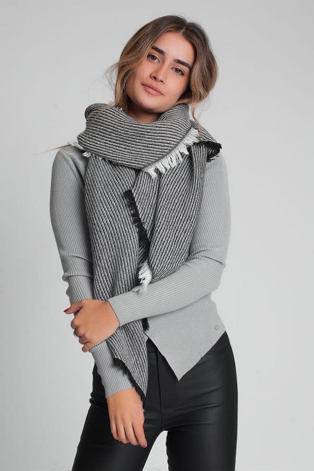 Übergroßer schwarzer ausgefranster Schal