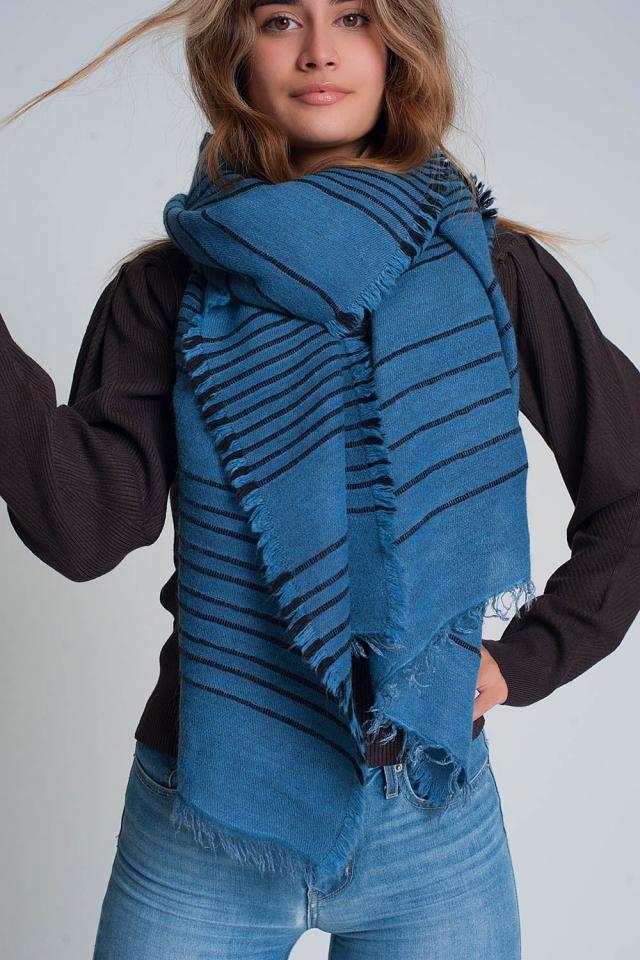 Blauer Schal mit schwarzen Streifen
