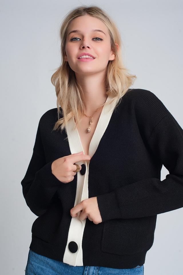 Strickjacke mit weißen Details in Schwarz