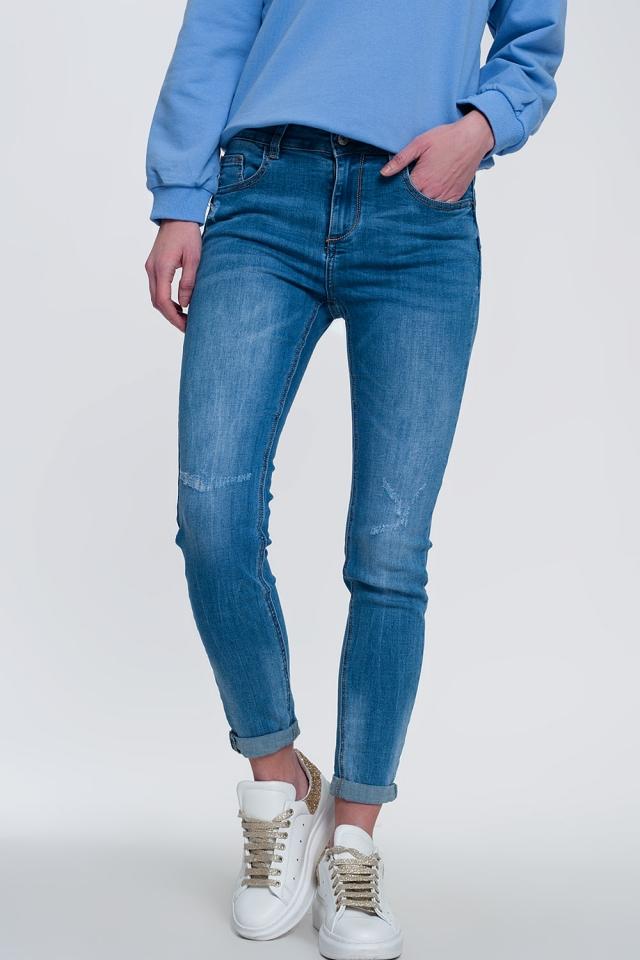 Leichte Jeans-Röhrenjeans mit gefalteten Knöcheln und zerrissenem Detail