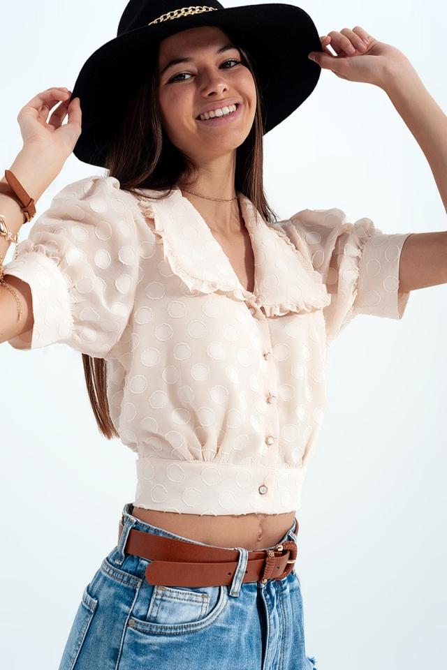 Beigefarbene Polka-Dot-Bluse mit Latzkragen und verschönerten Knöpfen