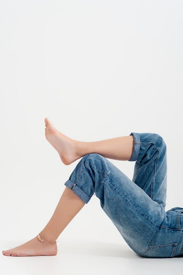 Locker geschnittene Jeans mit Riss an der Seite in Mittelblau