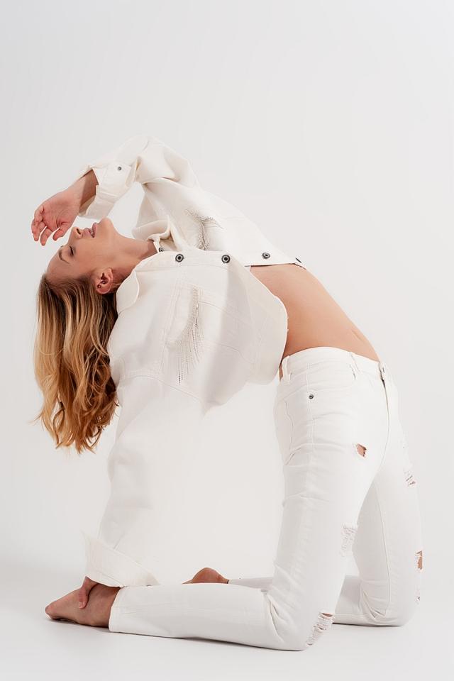 Schmal geschnittene Jeans mit Abnutzungseffekten in weiß