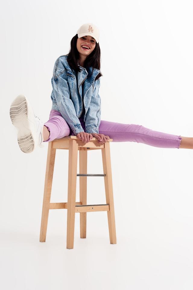 Enge Jeans im Used Look in fliederfarben mit unversäuberten kanten
