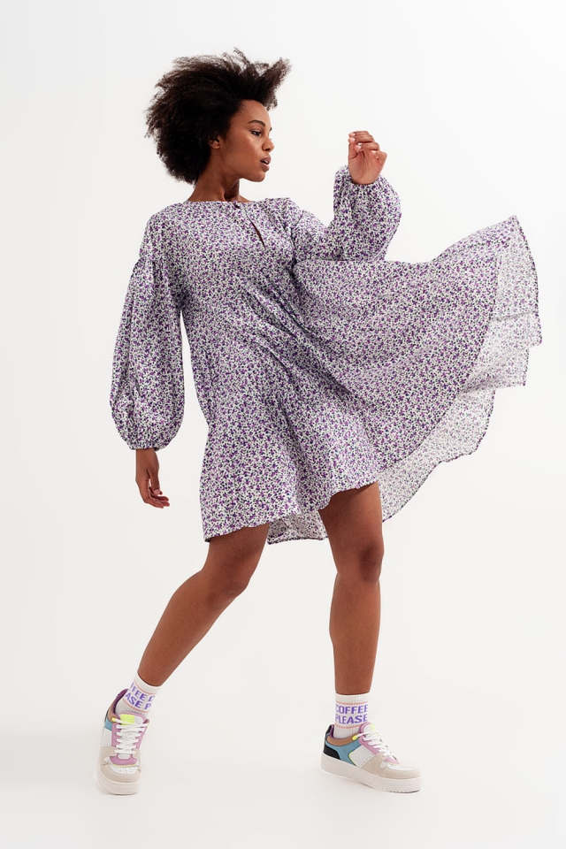 Geblümtes Mini-Hängerkleid mit Schößchensaum und weiten Ärmeln violett