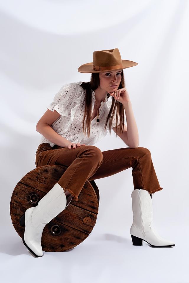 Ausgestellte Jeans mit hohem, rohem Saum in Braun
