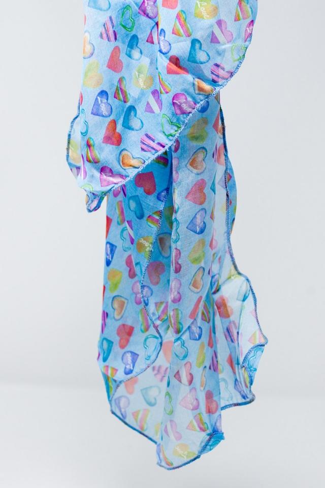 Blauer Schal mit bunten Herzen bedruckt