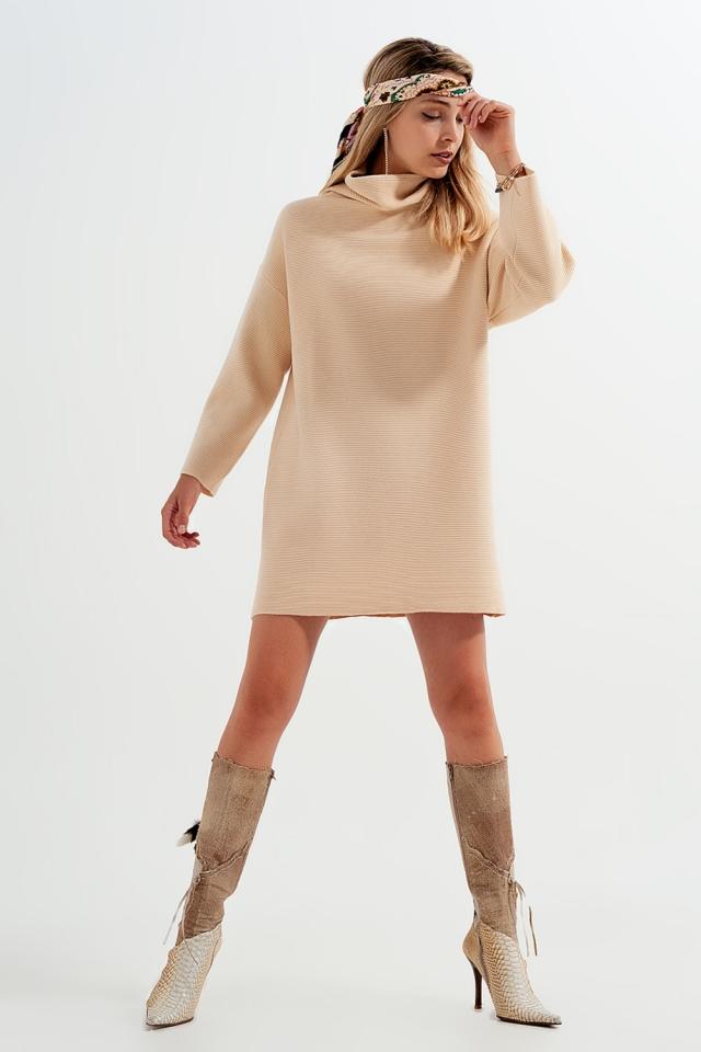 Hochgeschlossenes kurzes Pulloverkleid in Beige