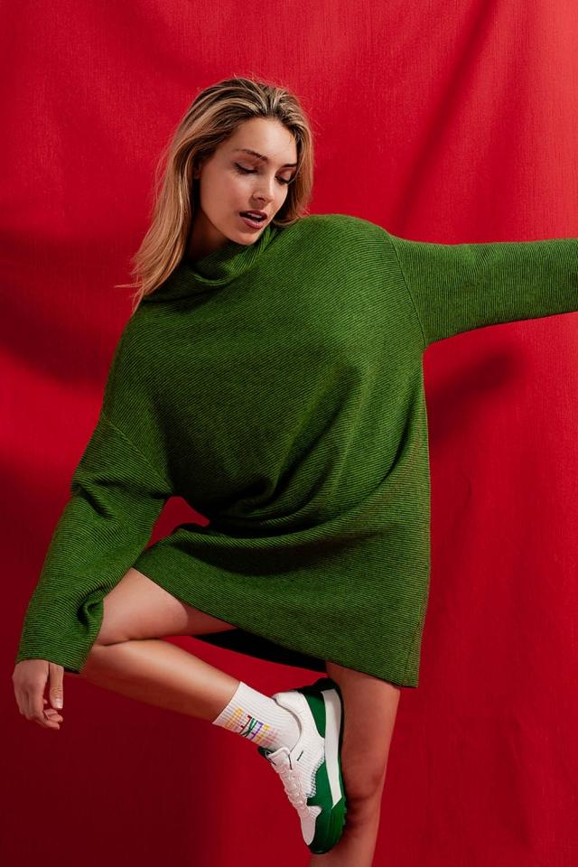 Hochgeschlossenes kurzes Pulloverkleid in Grün