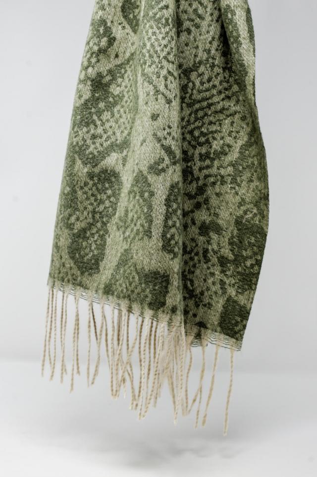 Grüner Schal mit Schlangenmuster und Fransen