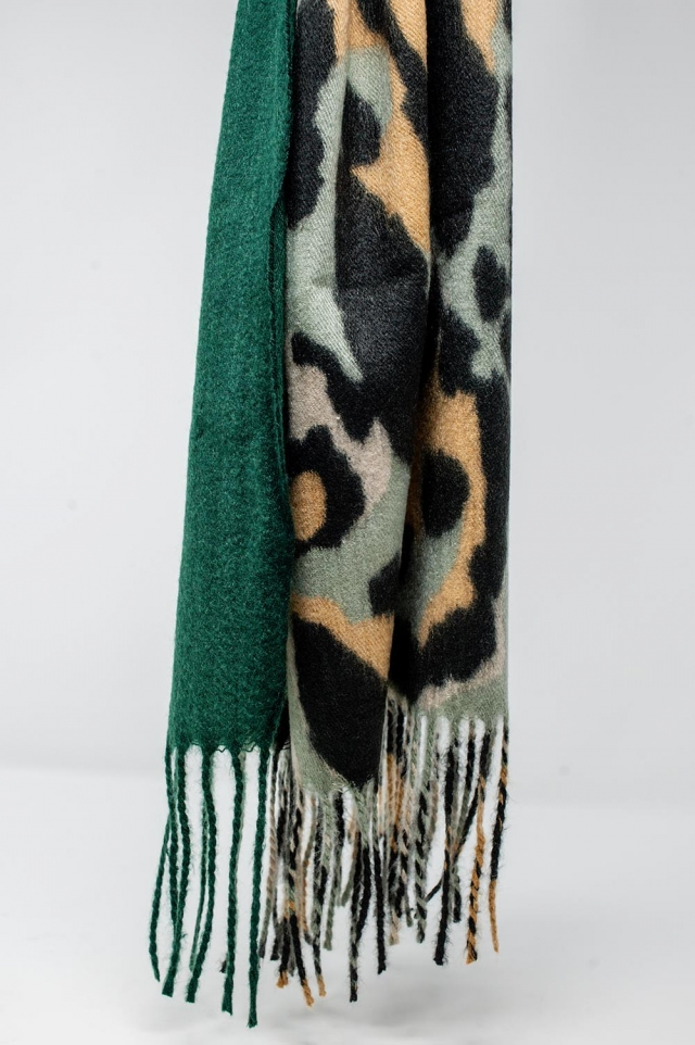 Scarf in leopard print and bangs