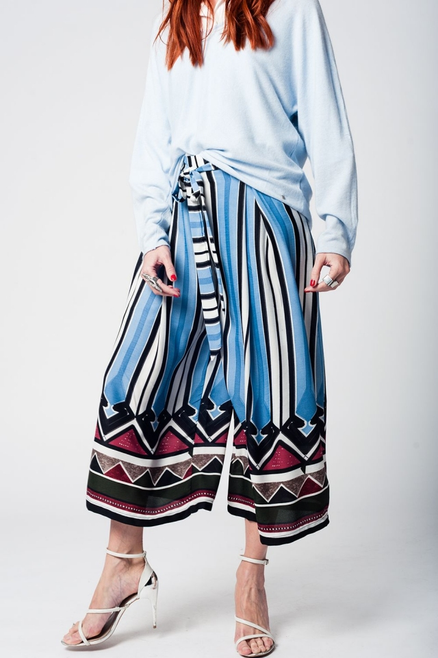 Mid-leg pants with blue stripes and belt detail