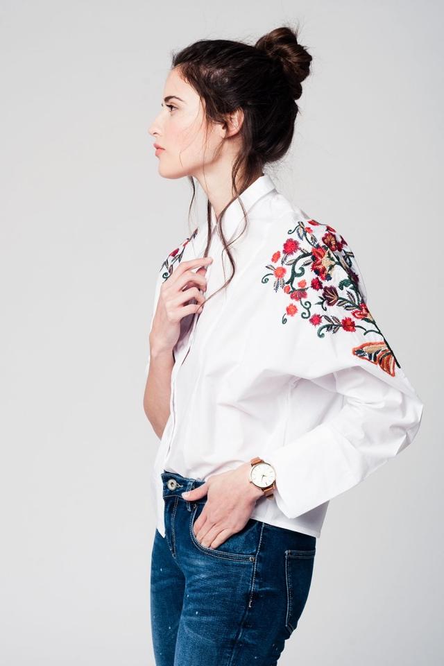 Blusa blanca con detalle de bordado de flores en las mangas