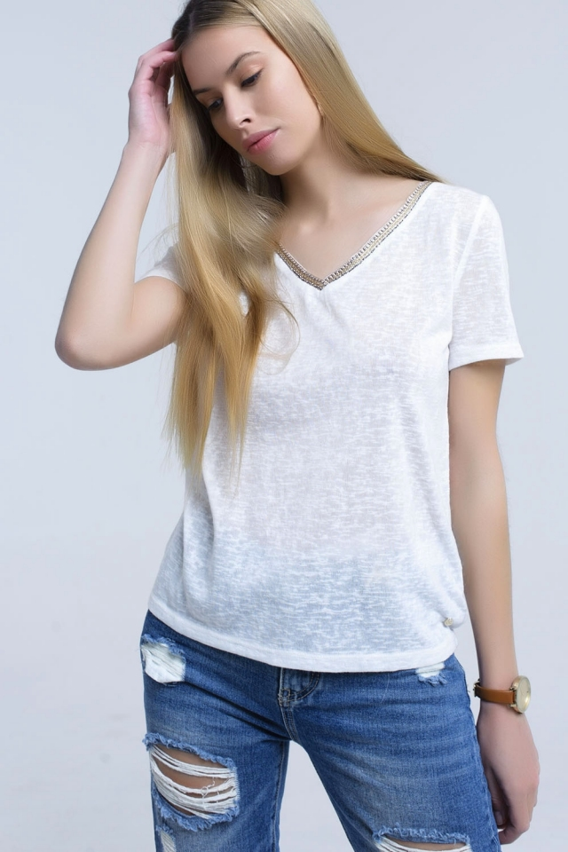 White t-shirt with embroidery on the neck